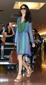 アマルさんamal-clooney-wearing-blue-crochet-missoni-dress