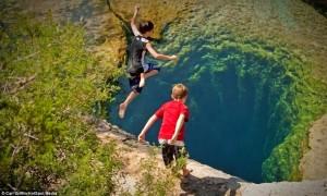 jacobs-well-飛び込む子供