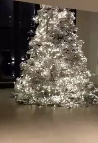 kim-kardashian-christmas-tree2